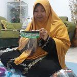 Istri Tentara di Jombang Ini Jadi Perajin Face Shield Dadakan yang Laris Manis
