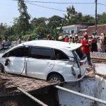 Mesin Mati, Mobil Pemborong Jembatan Jalur Ganda KA di Jombang Tertabrak Kereta