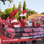 Laporkan Pembakaran Bendera Partai, Massa PDI-P Longmars ke Mapolres Lamongan