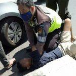 Diduga Stres, Pemuda di Jember Tiba-Tiba Bacok Pengendara Motor di <em>Traffic Light</em>