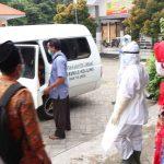 Petugas di Jombang Jemput Paksa 5 Warga Satu RT, Termasuk Ibu dan Bayinya 2 Bulan