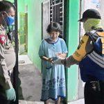 Tangkal Covid-19, Polisi di Sidoarjo Bagi-Bagi Obat Herbal