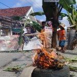 Jengkel Jalan Rusak Bertahun-tahun, Warga Pamekasan Tanami Pohon dan Bakar Sampah