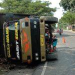 Truk Terguling di Jalur Pantura Situbondo, Muatan Tebu Berserakan di Jalan