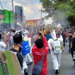 Petugas Semprot Desinfektan Massa AMJ Jember yang 'Kepung' Gedung Dewan