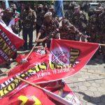 Tolak RUU HIP, Pengunjuk Rasa di Nganjuk Bakar Bendera Palu Arit