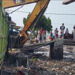 Ekskavator di Sungai Tambak Lekok Pasuruan Tak Bisa Maksimal Bersihkan Sampah
