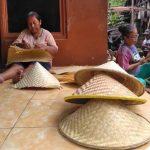 Awalnya Hanya Sampingan, Pengrajin Caping Bambu di Trenggalek Dibanjiri Pesanan