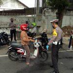 Tak Pakai Masker, Pemotor Terjaring Razia di Jombang 'Dihukum' Baca Pancasila