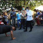 Risma-Kapolrestabes Surabaya Sosialisasi Covid-19 di Tandes, Tak Bermasker Disanksi Push Up