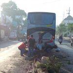 Sopir Mengantuk, Bus PO Akas Sasak Median Jalan di Jalur Pantura Situbondo