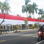 Pemkab Situbondo Pasang Bendera Raksasa Seberat Setengah Kuintal