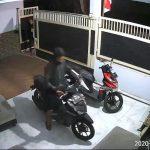 Video: Detik-Detik Pencuri Buka Gerbang dan Gasak Motor di Sidoarjo