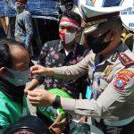 Tinjau Kampung Steril Covid-19, Kasatlantas Polrestabes Surabaya Bagi-bagi Masker