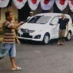 Video: Detik-Detik Lelaki di Jember Masuk Mapolres Sambil Mengacungkan Sangkur