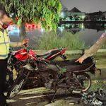 Adu Banteng di Waduk Unesa, Satu Motor Terbakar