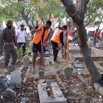 Bandel Tak Bermasker, Puluhan Warga Sidoarjo Dihukum Bersihkan Makam