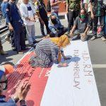 Tolak RUU Omnibus Law, Buruh dan Aktivis Demo Pemkab Mojokerto