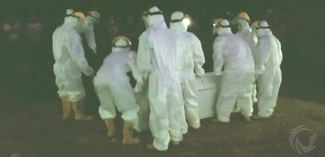 Makamkan Jenazah dengan Protokol Covid-19, Petugas BPBD Jember Dilempari Tanah
