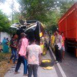 Banting Setir Hindari Kecelakaan, Truk Justru Menabrak Mobil Parkir di Situbondo