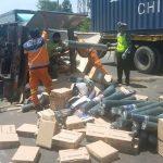 Truk Boks Terguling di Tol Sidoarjo, Muatan Kawat Tumpah Penuhi Jalan