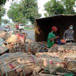 Truk Terguling di Jombang, Tumpukan Kardus Bekas Ambyar di Jalan