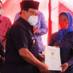 Bupati Blitar Serahkan Sertifikat Program PTSL di Desa Tambakan Gandusari
