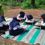 Hindari Kejenuhan, SMPN 1 Senduro Lumajang Ajak Murid Belajar di Hutan