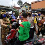 Bagi-Bagi Masker, Polisi di Blitar Berkostum Wayang Orang