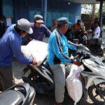 Bawa Kartan, Puluhan Petani dari Dua Desa di Jombang Antre Beli Pupuk Bersubsidi