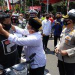 Bupati Dan Wabub Blitar Bagikan Masker di RTH Wlingi