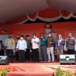 Deklarasi Protokol Kesehatan di Pilkada Blitar, Kapolres dan Dua Bapaslon Bagi-Bagi Masker