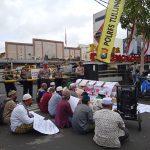 Usung Keranda, Toga dan Tomas Geruduk Gedung DPRD dan Mapolres Tulungagung