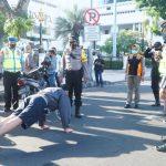 Pengguna Jalan Surabaya Tak Bermasker, KTP Disita dan Dihukum Push Up