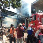 Gudang Penyimpanan Barang Rongsokan di Pasuruan Terbakar