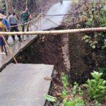 Diguyur Hujan Deras 8 Jam, Jembatan di Kademangan Blitar Ambrol