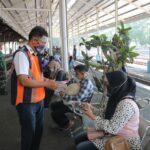 Terapkan Prokes, KAI Daop 7 Madiun Bagi-Bagi Masker Gratis di Stasiun Jombang