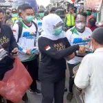 Tangkal Covid-19, Gubernur Khofifah Bagikan Masker di Pasar Kademangan Blitar