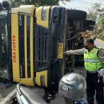 Hindari Dump Truk, Truk Trailer Banting Setir dan Terguling di Probolinggo