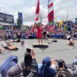 Demo Tolak UU Cipta Kerja, Mahasiswa di Jember Pasang Poster Raksasa dan Aksi Teaterikal