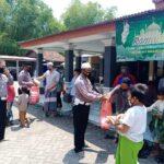 Satlantas Polres Ngawi Patroli Ingatkan Warga Salat Jumat dan Berbagi