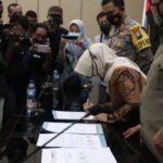 Bupati dan Ketua DPRD Jombang Tanda Tangani Penolakan UU Cipta Kerja