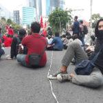 Cegah Penyusup, Massa Tolak UU Ciptaker di Surabaya Batasi Diri Pakai Tali Rafia
