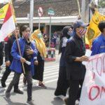 Bermasker dan Berjaga Jarak, Demontrasi Omnibus Law di Ngawi Berlangsung Damai