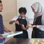 Duta Wisata Kudus Belajar Bikin Roti Parijoto
