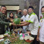 HUT TNI Ke-75, Petani Jember Kado Semangka Raksasa Berbobot 7 Kg