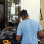 HSN 2020, Petugas Layanan SIM dan Samsat Polres Situbondo Kenakan Sarung