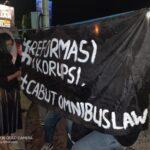Tolak Omnibus Law, Mahasiswa di Jember Turun Jalan Nyalakan Ratusan Lilin