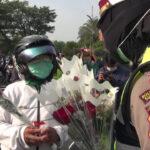 Hari Pertama Operasi Zebra, Satlantas Polrestabes Surabaya Bagikan Bunga ke Pengguna Jalan