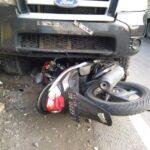 Sopir Mengantuk, Mobil SUV Tabrak Warung dan 2 Motor di Kabuh Jombang